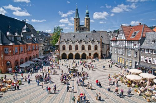 Belebter Marktplatz in Goslar<br>(Quelle: GOSLAR marketing gmbH - Fotograf Stefan Schiefer)